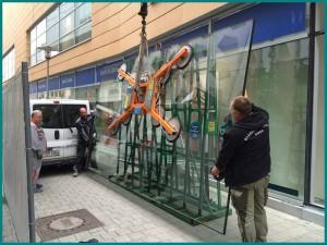 Unsere Glaserei in Hannover bei der Montage einer Glasscheibe für ein Schaufenster