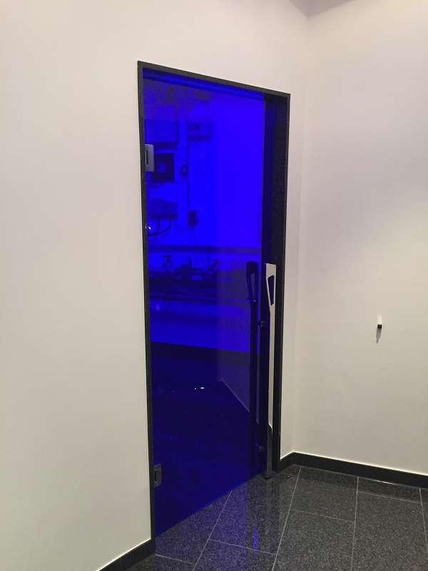 Elegante Tür aus Blauglas der Glaserei Nolting GmbH