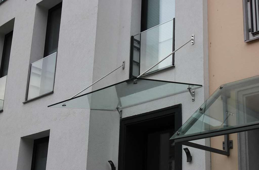 Vordachmontage in der Königstraße in Mitte