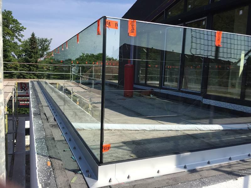 Ganzglasgeländer Glassline Balardo Alu Hannover