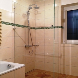 Ebene Glasdusche mit Handtuchhalter