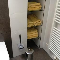Glasregal im Badezimmer